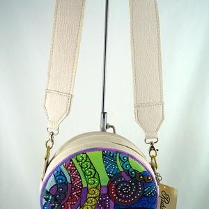 Extravagáns, kompakt női műbőr táska, egyedi, kézzel festett mintával!, Vállon átvethető táska, Kézitáska & válltáska, Táska & Tok, Festett tárgyak, Kisméretű, praktikus, női műbőr kalaptartó-doboz formájú táska, az elején dekoratív, kézzel festett,..., Meska