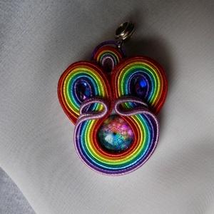 Sujtás medál (Mandala) Szivárvány, Ékszer, Ékszerkészítés, Szivárvány színű üveg mandala a medál közepe. A szivárvány 7 színe a 7 csakra színével megegyezik. J..., Meska