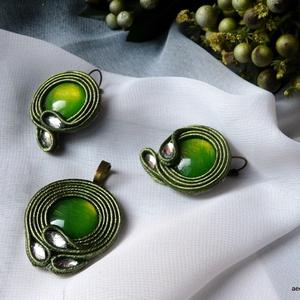 Exkluzív zöld sujtás ékszergarnitúra., Ékszer, Ékszerszett, Egyedi tervezésű sujtás ékszer. Saját festésű üveg kabosonokkal, csiszolt kövekkel vagy üvegmozaikka..., Meska