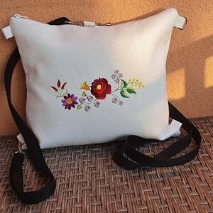 Hímzett táska, Táska & Tok, Kézitáska & válltáska, Fehértextilbőr készült táska ami hátizsáknak használható gépi hímzéssel díszítve. A táska cipzárral ..., Meska