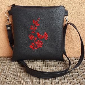 Fekete madárkás kistáska, Táska & Tok, Vállon átvethető táska, Kézitáska & válltáska, Akár séta, buli vagy város nézés, ez a kis táska bárhova használható:). Pénztárca, zsebkendő, telefo..., Meska