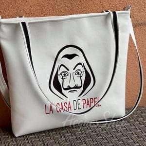 Fehér táska ( La Casa De Papel) , Táska & Tok, Kézitáska & válltáska, Vállon átvethető táska, Fehér textilbőr táska gépi hímzéssel díszítve. A táska cipzárral záródik. Fix pánttal és egy leakasz..., Meska