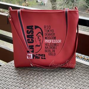 Piros táska ( La Casa De Papel), Táska & Tok, Kézitáska & válltáska, Vállon átvethető táska, Piros textilbőr táska gépi hímzéssel díszítve. A táska cipzárral záródik. Fix pánttal és egy leakasz..., Meska