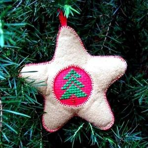 Filc csillag karácsonyfadísz, keresztszemes betéttel, Karácsonyfadísz, Karácsony & Mikulás, Otthon & Lakás, Hímzés, Varrás, Tejeskávé-piros-zöld színvilágú, 9 cm átmérőjű, aprólékos munkával készített, vatelinnel bélelt filc..., Meska