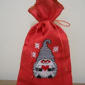 Ajándéktasak, piros zsákocska, manó mintával, Karácsonyi csomagolás, Karácsony & Mikulás, Otthon & Lakás, Hímzés, Egyedi, piros színű ajándéktasak, kongré anyagból, manócska mintával, keresztszemes hímzéssel díszít..., Meska