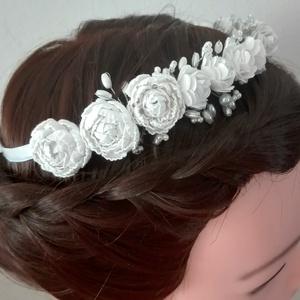 KIÁRUSÍTÁS -50%!!!!   Menyasszonyi hajdísz/hajpánt( fehér), Esküvő, Hajdísz, ruhadísz, Gyöngyfűzés, gyöngyhímzés, Varrás, KIÁRUSÍTÁS -50%!!!!  10000 FT FELETT INGYEN POSTA.\n \nRugalmas fém hajpánt alapot rózsákkal és apró g..., Meska