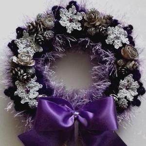 Lila-ezüst kopogtató,ajtódísz, Karácsony & Mikulás, Karácsonyi kopogtató, A kb.20 cm-es szalmaalap bevonva textillel,majd Alize Decofur fonalból egy jó kis puha szőrmebundáva..., Meska