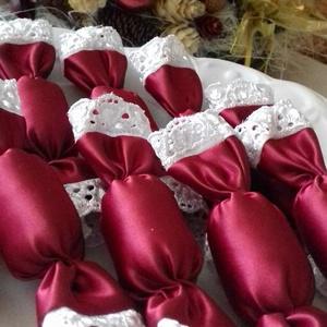 Bordó szatén szaloncukorcsomag, Karácsony & Mikulás, Karácsonyfadísz, 11 cm hosszú,bordó szatén cukorkák.Garantáltan egészséges,nem tartalmaz csak kizárólag tömőflízt.A c..., Meska