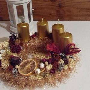 Aranykapu-kötött adventi koszorú, Karácsony & Mikulás, Adventi koszorú, Ismét egy textillel bevont szalmaalapra kötöttem Decofur fonalból kabátot.Aztán díszítettem,termések..., Meska