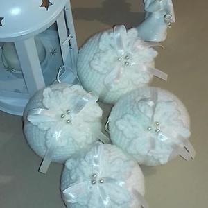 Hófehér horgolt gömbök, Karácsony & Mikulás, Karácsonyfadísz, Hófehér karácsonyi gömbök..4 db  7 centis horgolt,díszített gömböt tartalmaz a csomag-de ettől eltér..., Meska