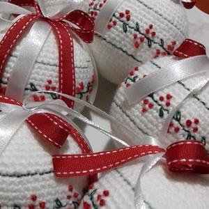 Horgolt,hímzett karácsonyi gömb, Karácsony & Mikulás, Karácsonyfadísz, 7 centis hungarocell gömbök behorgolva,hímezve és szalagokkal díszítve keresnek új otthont.A szalago..., Meska