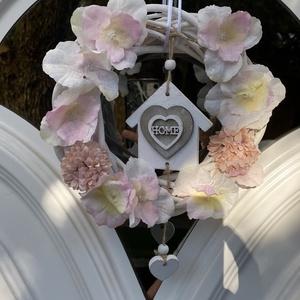 Pasztell selyemvirágos ajtódísz, Otthon & Lakás, Dekoráció, Ajtódísz & Kopogtató, Virágkötés,  Fehér vesszőkoszorú alapot pasztell rózsaszín selyemhortenziákkal és egy fehér antikolt fa házikóva..., Meska