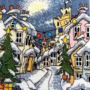 Téli falucska, Dekoráció, Kép, Ünnepi dekoráció, Karácsonyi, adventi apróságok, Hímzés, Keresztszemes hímzés - mérete 13x13 cm, akár faliképnek, akár párnának., Meska