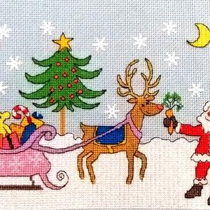 Mikulás érkezik, Dekoráció, Otthon & lakás, Ünnepi dekoráció, Gyerek & játék, Karácsony, Hímzés, Keresztszemes kép, de akár párnának is elkészíthető. Mérete 38x16 cm, karácsonyra vagy Mikulásra ked..., Meska