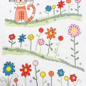 Cica a virágos réten, Kép & Falikép, Dekoráció, Otthon & Lakás, Hímzés, 30x23 cm keresztszemes hímzés, Meska