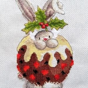Bebunni - Nyuszi és a karácsonyi puding, Karácsony & Mikulás, Karácsonyi dekoráció, 16x22 cm keresztszemes hímzés, Meska
