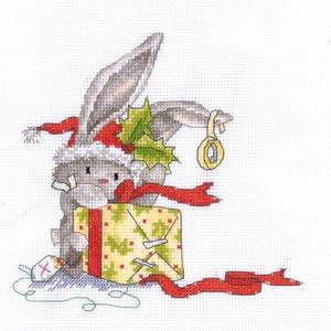 Bebunni - Nyuszi ajándékdoboza, Karácsony & Mikulás, Karácsonyi dekoráció, Kb. 25x22 cm keresztszemes kép, keretezve aranyos lehet gyerekszobába, de akár párnának is el lehet ..., Meska