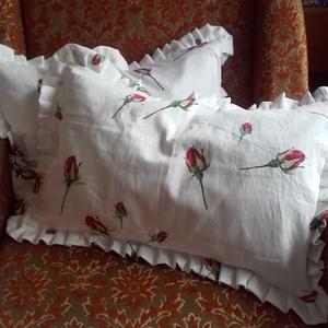 RÓZSÁS romantikus  fehér fodros DÍSZPÁRNA, Lakberendezés, Otthon & lakás, Lakástextil, Párna, Varrás, Egyedi fodros szélű díszpárnákat készítettem.\nA fehér alapú vörös rózsás párna, nagyon kedves díszít..., Meska