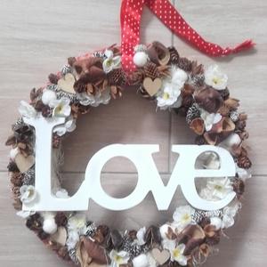 LOVE kopogtató, ajtódísz KÉSZTERMÉK, Otthon & Lakás, Dekoráció, Ajtódísz & Kopogtató, Mindenmás, Virágkötés, Egyedi, nagyméretű dekoráció.\nPiros juta szalaggal kereteztem a szalma alapot, majd barna és beige s..., Meska
