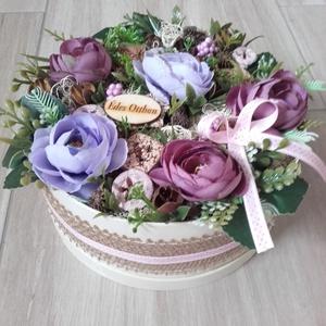 VIRÁGBOX tarka-lila ASZTALDÍSZ, DÍSZ  , Dekoráció, Otthon & lakás, Lakberendezés, Koszorú, Asztaldísz, Virágkötés, Mindenmás, Mű boglárka virágból, termésekből és sok-sok mű zölddel készült virágbox, doboz asztaldísz.\nMéret: 2..., Meska