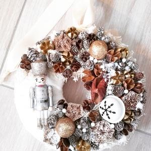DIÓTÖRŐ  arany-barna ünnepi ajtódísz, dekoráció RENDELHETŐ, Otthon & Lakás, Karácsony & Mikulás, Karácsonyi dekoráció, Virágkötés, Mindenmás, Arany színű diótörővel kérhető!!!\n\nAz igazi tél hófehér. A white koszorúk azoknak készülnek, akik sz..., Meska
