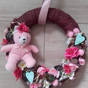 BABAVÁRÁS kislány- rózsaszín, falidísz, ajtódísz, függődísz KÉSZTERMÉK, Ajtódísz & Kopogtató, Dekoráció, Otthon & Lakás, Virágkötés, Mindenmás, Babavárás, babalátogatás, ezzel a céllal készült ez a kedves dekoráció.\nAz alapot bordó juta szalagg..., Meska