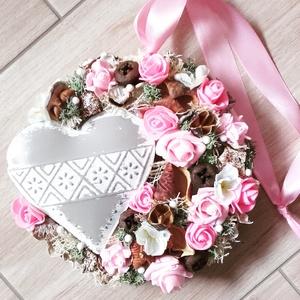 SZÍVES tarka- virágos KOPOGTATÓ, AJTÓDÍSZ, Dekoráció, Otthon & lakás, Lakberendezés, Ajtódísz, kopogtató, Húsvéti díszek, Ünnepi dekoráció, Mindenmás, Virágkötés, Egyedi lakásdekoráció\nA karton alapot gazdagon díszítettem apró művirágokkal, termésekkel ming virág..., Meska