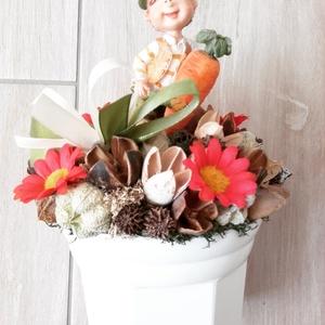 KONYHAI zöldséges-virágos fiú asztaldísz, dísz, dekoráció KÉSZTERMÉK, Asztaldísz, Dekoráció, Otthon & Lakás, Virágkötés, Mindenmás, A répát és zöldséget tartó fiúcska a konyhák kedvelt dísze lehet.\nA kaspót tűzőhabbal béleltem ki, m..., Meska