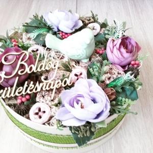 MADÁRKÁS  tarka-lila ASZTALDÍSZ, DÍSZ  , Dekoráció, Otthon & lakás, Lakberendezés, Koszorú, Asztaldísz, Virágkötés, Mindenmás, Mű boglárka virágból, termésekből és sok-sok mű zölddel készült virágbox, doboz asztaldísz.\nMéret: 2..., Meska