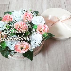 BOGLÁRKA virágbox, dekoráció, NÉVNAPRA, SZÜLINAPRA, Lakberendezés, Otthon & lakás, Asztaldísz, Dekoráció, Mindenmás, Virágkötés, Egyedi virágboxot készítettem. \nA háncs dobozt száraz tűzőhabbal béleltem ki, majd teleragasztottam ..., Meska