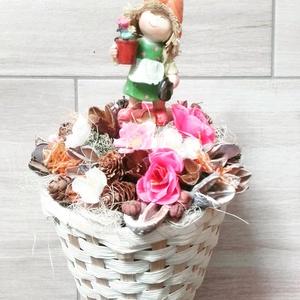 MANÓLÁNY tavaszi-virágos-színes asztaldísz, dísz, dekoráció NÉVNAPRA ÉS SZÜLINAPRA, Asztaldísz, Dekoráció, Otthon & Lakás, Virágkötés, Egyedi asztaldíszt készítettem. A kaspót kibéleltem száraz tűzőhabbal, majd beleállítottam a kis ker..., Meska