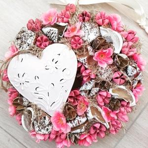 FÉMSZÍV rózsaszín- virágos kopogtató, ajtódísz , Otthon & lakás, Dekoráció, Lakberendezés, Ajtódísz, kopogtató, Mindenmás, Virágkötés, Egyedi lakásdekoráció\nA karton alapot gazdagon díszítettem apró művirágokkal, termésekkel ming virág..., Meska