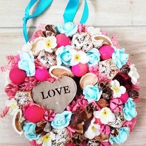 KÉK RÓZSÁK rózsaszín- virágos kopogtató, ajtódísz , Ajtódísz & Kopogtató, Dekoráció, Otthon & Lakás, Mindenmás, Virágkötés, Egyedi lakásdekoráció\nA karton alapot gazdagon díszítettem apró művirágokkal, termésekkel ming virág..., Meska