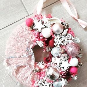 TÉLI ERDŐ rénszarvas-rózsaszín-adventi ünnepi kopogtató, ajtódísz, Ajtódísz & Kopogtató, Dekoráció, Otthon & Lakás, Virágkötés, Mindenmás, A glamour asztaldíszekre jellemző a pompa és fényűzés. A meglepetésekhez illik a lila, mályva, ezüst..., Meska