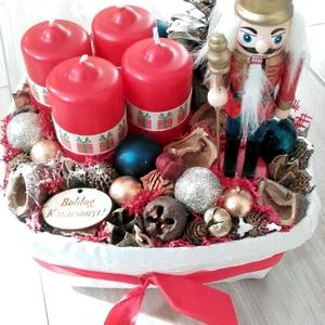 DÉLCEG  DIÓTÖRŐ  advent-karácsonyi asztaldísz és koszorú, Otthon & lakás, Dekoráció, Ünnepi dekoráció, Lakberendezés, Asztaldísz, Mindenmás, Virágkötés, Ünnepváró kopogtató diótörővel és sok terméssel karácsonyi gömbbel.\n\nNovember utolsó vasárnapja adve..., Meska