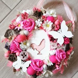 Tavaszi kakasos-virágos AJTÓDÍSZ, KOPOGTATÓ, Otthon & lakás, Dekoráció, Lakberendezés, Ajtódísz, kopogtató, Ünnepi dekoráció, Anyák napja, Virágkötés, Mindenmás, Tavaszi ajtódísz apró színes virágokkal, golyókkal,  és sok terméssel körberagasztva. A közepèbe szí..., Meska