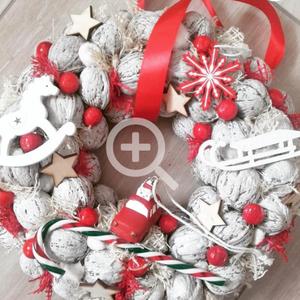 JÁTÉKORSZÁG ünnepi- karácsonyi-adventi KOPOGTATÓ AJTÓDÍSZ, Karácsonyi kopogtató, Karácsony & Mikulás, Otthon & Lakás, Mindenmás, Virágkötés, A piros-fehér kettőse nálam a kedvenc, egyszerűen nem tudom megunni, bocsánat érte...\nA szalma alap ..., Meska