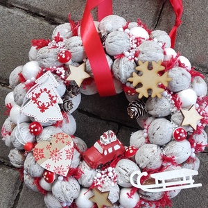 JÁTÉKORSZÁG ünnepi- karácsonyi-adventi KOPOGTATÓ AJTÓDÍSZ, Otthon & Lakás, Karácsony & Mikulás, Karácsonyi kopogtató, Mindenmás, Virágkötés, A piros-fehér kettőse nálam a kedvenc, egyszerűen nem tudom megunni, bocsánat érte...\nA szalma alap ..., Meska