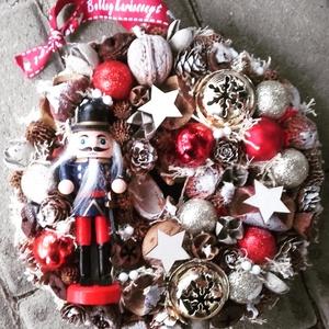 DÉLCEG  DIÓTÖRŐ  advent-ünnepi kopogtató, ajtódísz, Otthon & Lakás, Karácsony & Mikulás, Karácsonyi dekoráció, Mindenmás, Virágkötés, Karton alapra készült ünnepváró kopogtató diótörővel és sok terméssel karácsonyi gömbbel.\n\nNovember ..., Meska