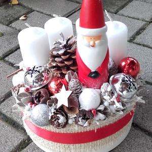 MIKULÁS advent-ünnepi asztaldísz, koszorú, dekoráció, Otthon & Lakás, Karácsony & Mikulás, Adventi koszorú, Mindenmás, Virágkötés, Ünnepváró karácsonyi box Mikulás figurával és egyéb dekorációval.\n\nNovember utolsó vasárnapja advent..., Meska