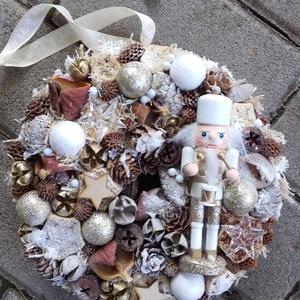 DÉLCEG  DIÓTÖRŐ  advent-ünnepi kopogtató, ajtódísz, Otthon & Lakás, Karácsony & Mikulás, Karácsonyi dekoráció, Virágkötés, Karton alapra készült ünnepváró kopogtató diótörővel és sok terméssel karácsonyi gömbbel.\n\nNovember ..., Meska