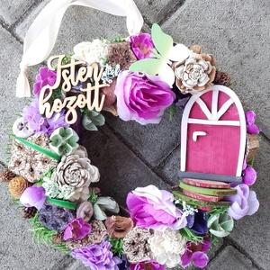 TÜNDÉRLAK tavaszi-virágos tündérajtós  kopogtató, ajtódísz dísz, Otthon & Lakás, Dekoráció, Ajtódísz & Kopogtató, Mindenmás, Virágkötés, Egyedi lakásdekoráció\nA szalma alapot gazdagon díszítettem apró művirágokkal, termésekkel ming virág..., Meska