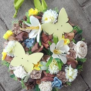 PILLANGÓK tavaszi-virágos kopogtató, ajtódísz, függődísz, Otthon & Lakás, Dekoráció, Ajtódísz & Kopogtató, Virágkötés, Mindenmás, Olyan a dísz akár a tavaszi szellő. Friss, üde a szabadba hívógató.\nTavaszi ajtódísz apró színes vir..., Meska