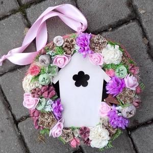 TAVASZI TÜNDÉRLAK  ajtódísz  kopogtató,  KÉSZTERMÉK, Otthon & Lakás, Dekoráció, Ajtódísz & Kopogtató, Virágkötés, Mindenmás, Tavaszi hangulatú dekoráció.\nTarka virágok, sok termés, mű zöldek, ciklámen tündérajtó...mind a fris..., Meska