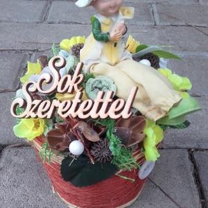 SÁRI A LÁBLOGATÓ tavaszi- virágos asztaldísz, dísz, Otthon & Lakás, Dekoráció, Asztaldísz, Virágkötés, Mindenmás, Ha nincs ötleted mivel lepnéd meg szeretteid vagy barátodat, ezt a terméket ajánlom.\nA cserepet kibé..., Meska