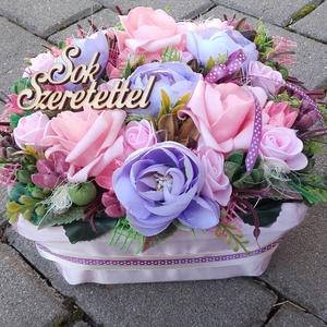 VIRÁGDOBOZ, tavaszi-virágos-színes asztaldísz, dísz, dekoráció NÉVNAPRA ÉS SZÜLINAPRA, Otthon & Lakás, Dekoráció, Asztaldísz, Virágkötés, Egyedi asztaldíszt készítettem. A kaspót kibéleltem száraz tűzőhabbal, boglárka és habrózsák kerülte..., Meska