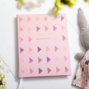 Babanapló, bébinapló, emlékkönyv, kemény fedeles könyv, rózsaszín, lila kisbabáknak, kislányoknak háromszög mintával, Gyerek & játék, Naptár, képeslap, album, Otthon & lakás, Jegyzetfüzet, napló, Fotó, grafika, rajz, illusztráció, Könyvkötés, Saját tervezésű babanapló, bébinapló, emlékkönyv, kemény fedeles könyv, rózsaszín, lila kisbabáknak,..., Meska