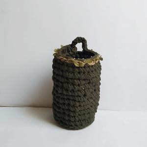 Henger alakú tároló, Otthon & Lakás, Tárolás & Rendszerezés, Tárolókosár, Rusztikus felakasztható tárolókosár olajzöld pólófonalból. Egyedi tervezésű, kézzel készített, horgo..., Meska