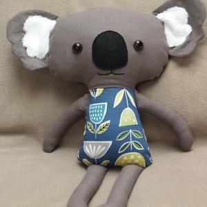 Textil koala figura, Más figura, Plüssállat & Játékfigura, Játék & Gyerek, Baba-és bábkészítés, Varrás, Koala kék alapon virágos ruciban\nKb 43 cm magas.\nAnyagösszetétel: 100% pamut, orr: gyapjúfilc, fül: ..., Meska