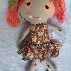 Zombi lány textilbaba, Dekoráció, Otthon & lakás, Ünnepi dekoráció, Játék, Gyerek & játék, Baba, babaház, Baba-és bábkészítés, Varrás, Ez a kedves kis zombilány egyáltalán nem veszélyes, kissé ijesztő külseje miatt viszont a Halloween ..., Meska